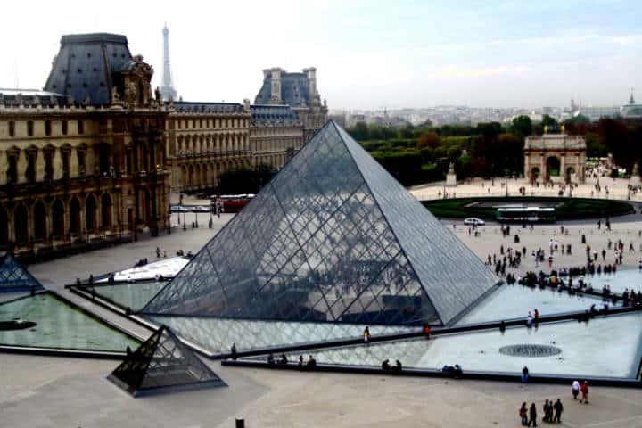 Louvre la parada obligada de París Foto Stephen Carlile
