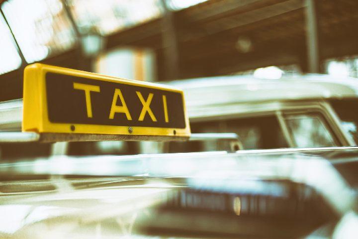 Puedes tomar taxi. Foto Pexels.