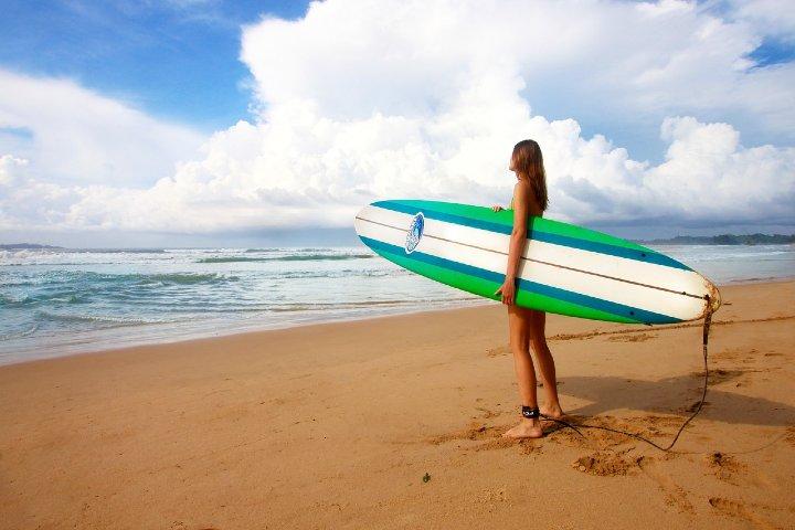 Un ambiente juvenil para hacer surf. Foto Free Photos.