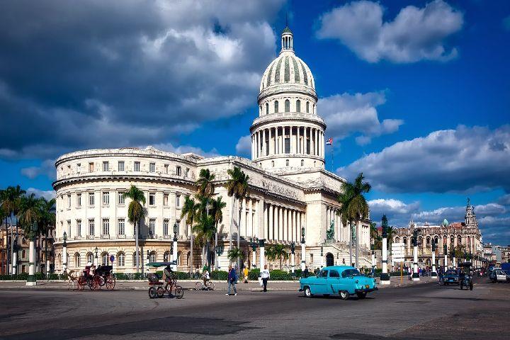 Viva Aerobus, Cuba. Foto David Mark.