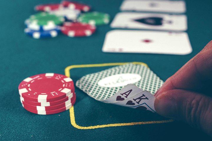 Con muchos juegos como el poker. Foto Free Photos en Pixabay.