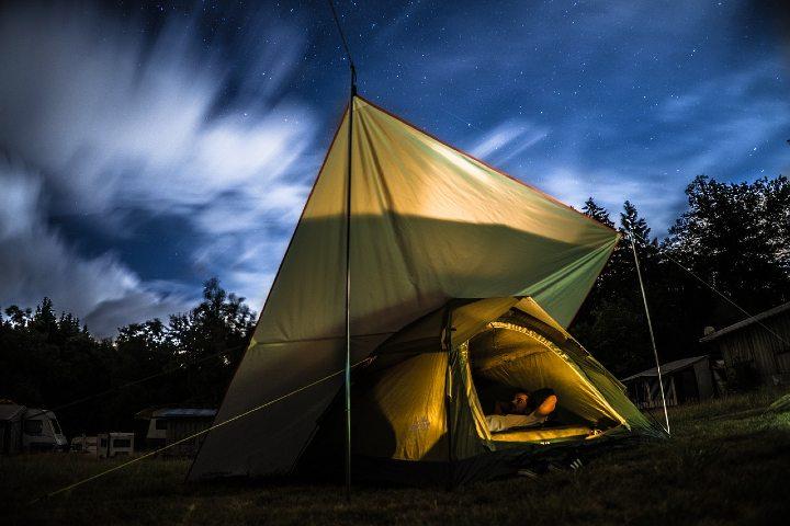 Cuerdas de luz para casas de campaña. Foto Ben Frieden.