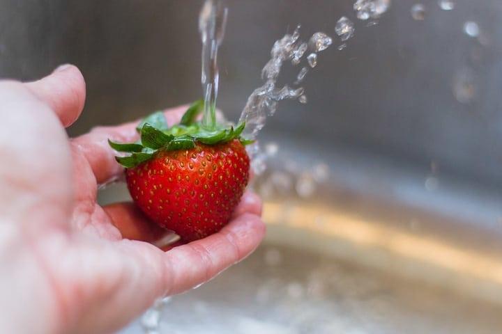 Lavando fruta Foto Archivo