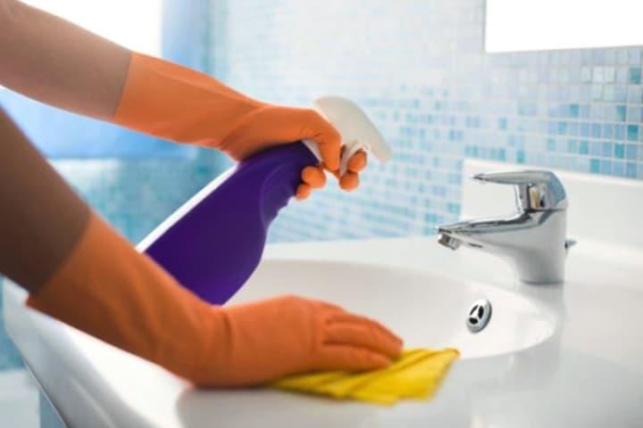 Limpieza del baño Foto Archivo