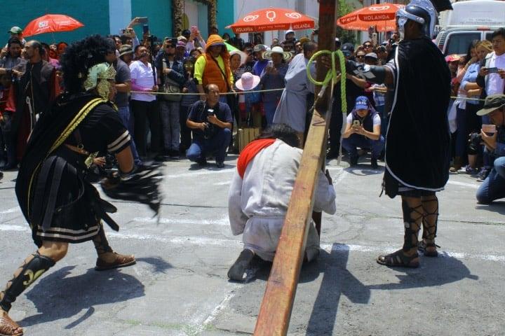 Aglomeración de gente en el Viacrucis de Cubitos en Pachuca Foto Fernando Bautista