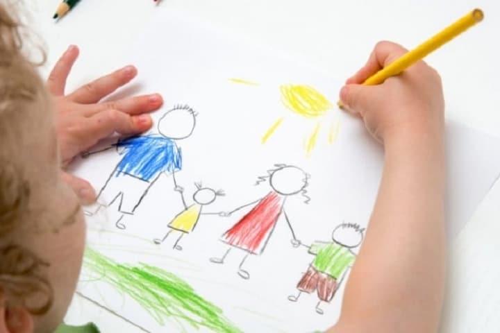 El dibujar entretiene y desestresa a los niños en un viaje Foto Archivo