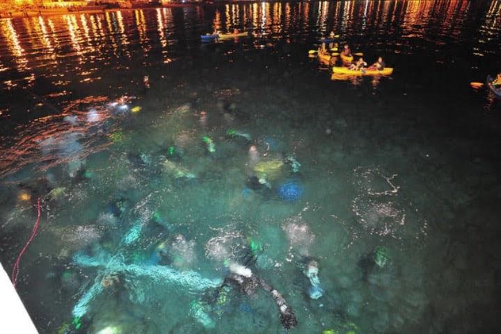 Fieles y espectadores en el viacrucis bajo el agua Foto Archivo