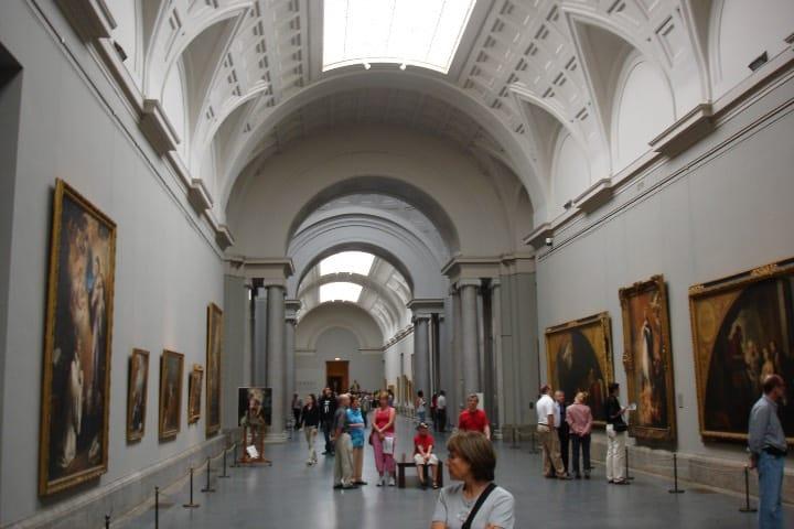 Gente en el museo Foto losmininos