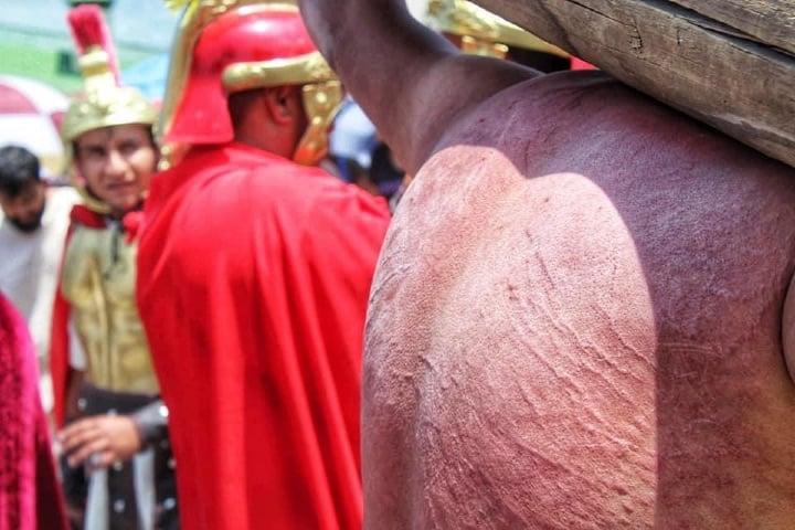 Heridas de uno de los ladrones de, Viacrucis de Cubitos en Pachuca Foto Fernando Bautista
