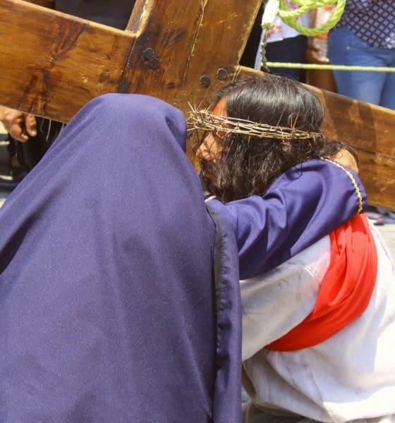 Jesús y su madre en Viacrucis de Cubitos en Pachuca Foto Fernando Bautista