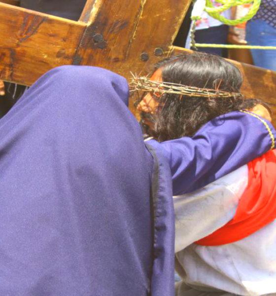 Jesús y su madre en Viacrucis de Cubitos en Pachuca. Foto: Fernando Bautista