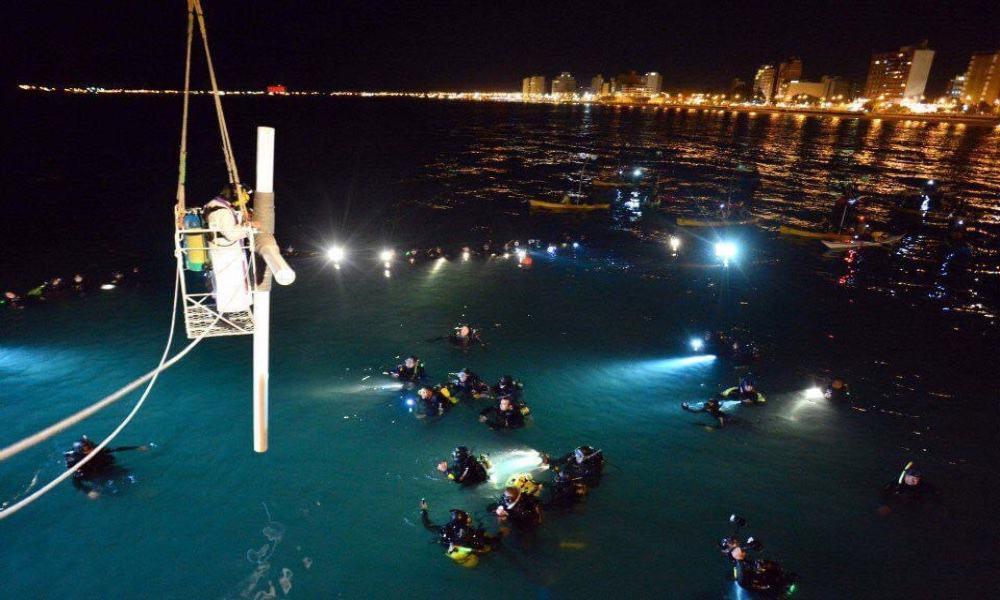 Levantamiento de la Cruz en el Viacrucis de Semana Santa bajo el agua Foto Archivo