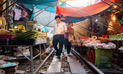Locales en el mercado sobre vías del tren Foto Demas Rusli