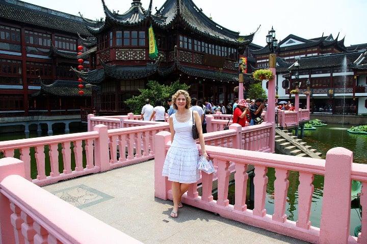 Mujer en el Jardín Yuyuan de Shanghái Foto Joe