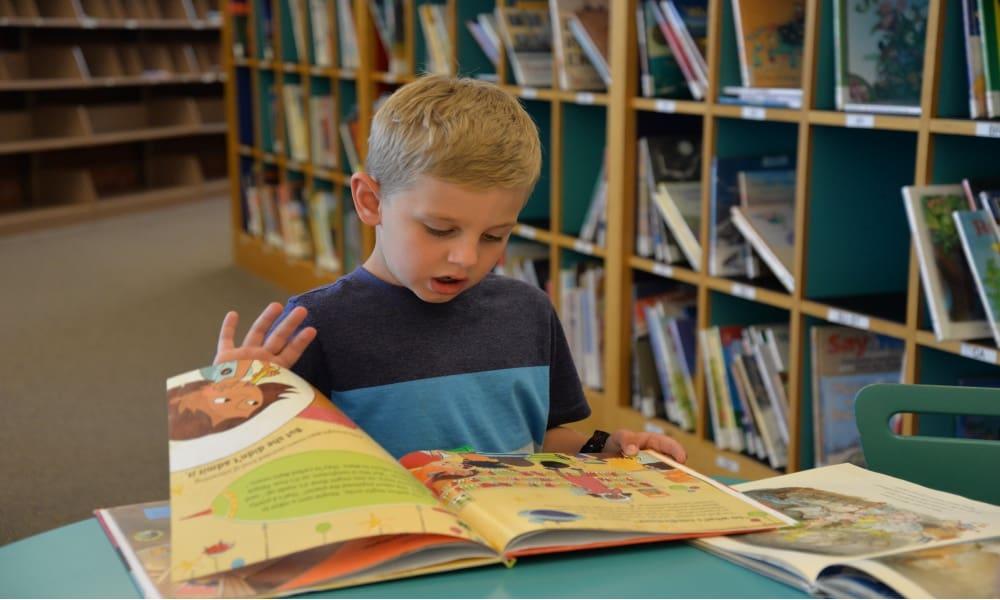 Niño leyendo Foto Obama Public Library