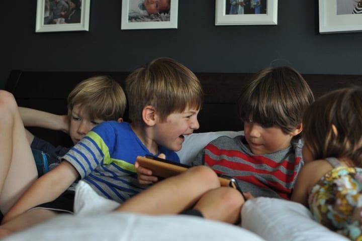 Niños viendo videos Foto jenerous life