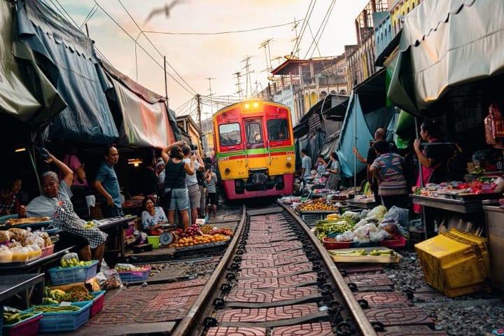 Paso del tren en el mercado Foto Demas Rusli