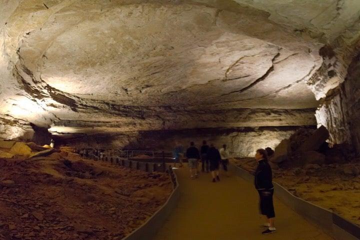 Personas recorriendo la cueva Foto Stanislav Vitebskiy