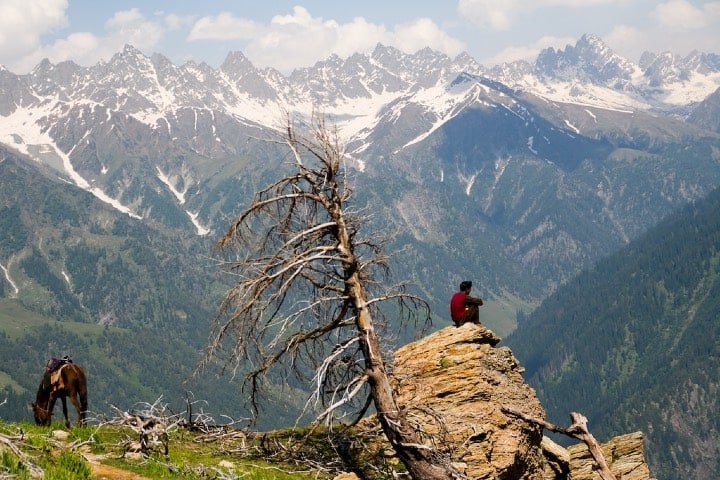 Vista limpia de los picos del Himalaya. Foto: Julien Burn