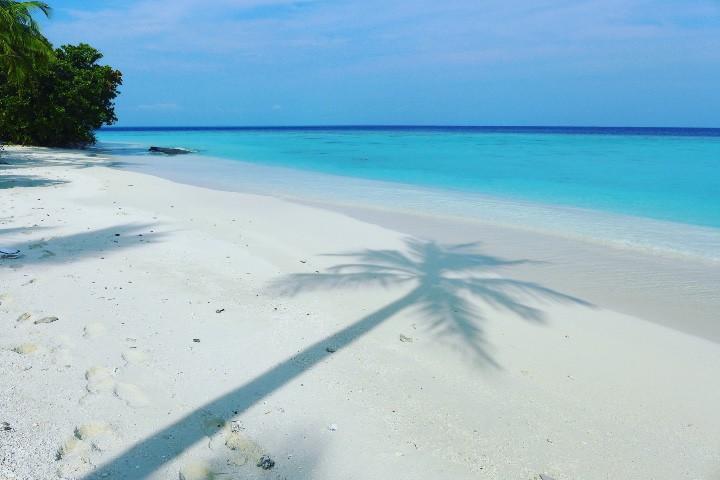 Playa de Vakkaru, isla de las Maldivas Foto karuyee