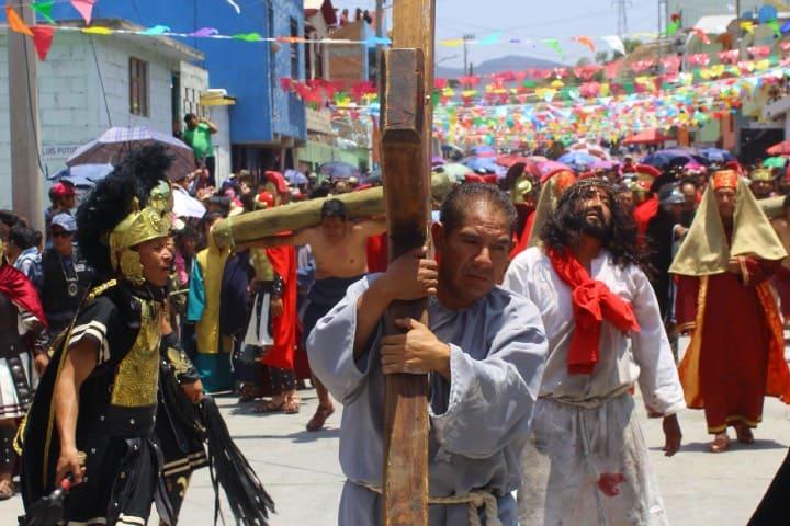 Tío y sobrino escenificando a personajes en Viacrucis de Cubitos en Pachuca Foto Fernando Bautista