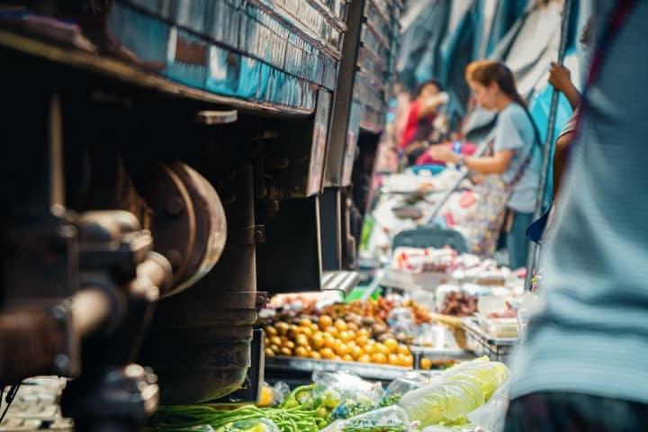 Tren pasando sobre los productos de los vendedores Foto Demas Rusli
