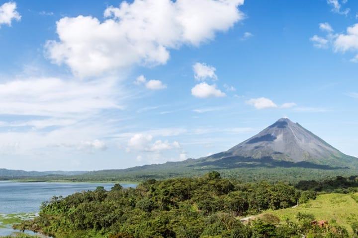 Volcán Rincón de la Vieja en Parque Nacional de Liberia, Guanacaste Foto WestJet