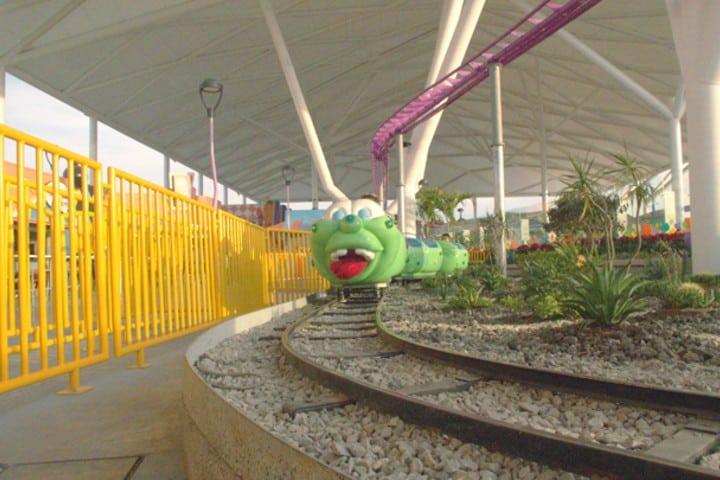 El juego de la oruga es una de las atracciones para niños Foto: Kataplum Oficial
