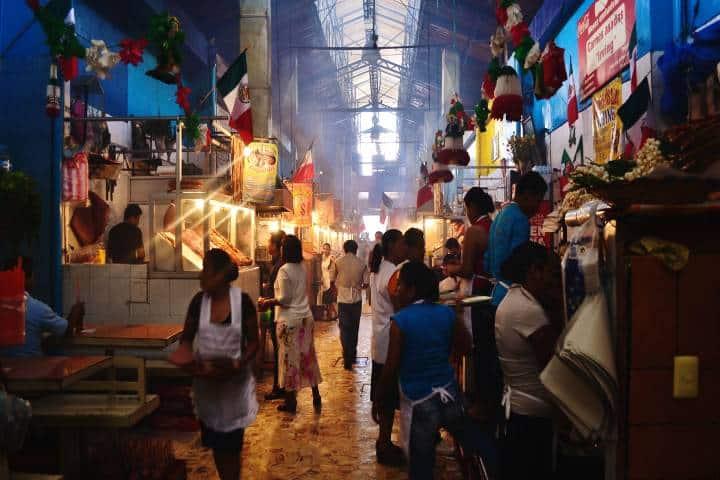 El mercado del centro de Oaxaca es una opción para comer o adquirir cosas para hacer tu comida Foto:Food and Wine