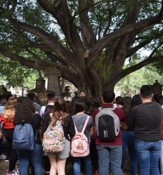Personas escuchando la leyenda de Guadalajara Foto: Archivo