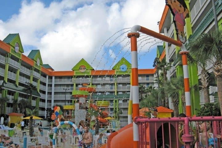 Las albercas de Nickelodeon Hoteles & Resort son para toda la familia Foto: siniik