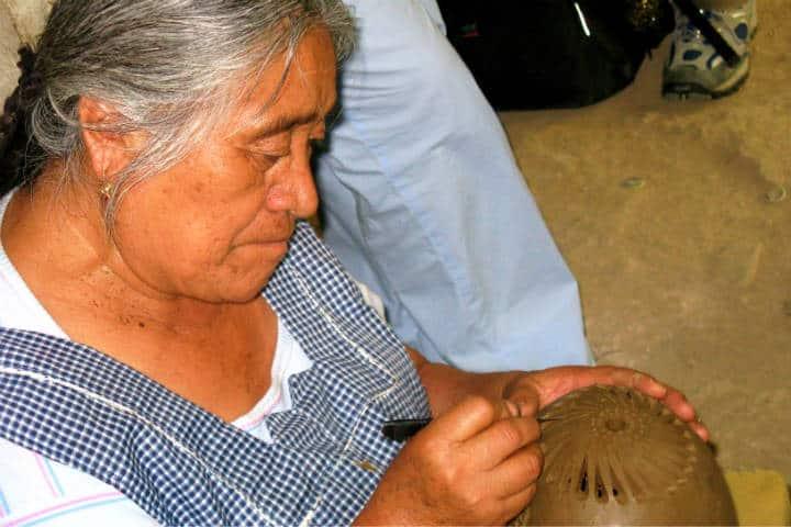 Cortes hechos al barro negro, la forma en que se realiza una artesanía mexicana Foto: nmarritz
