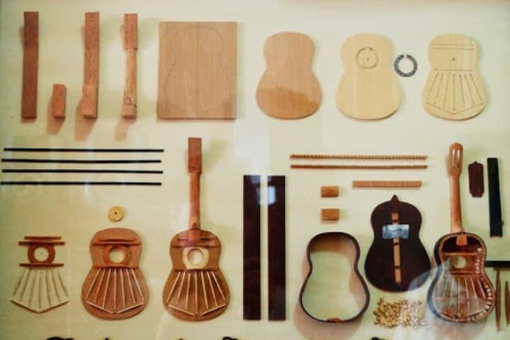 Las piezas de una guitarra miniatura Foto Archivo