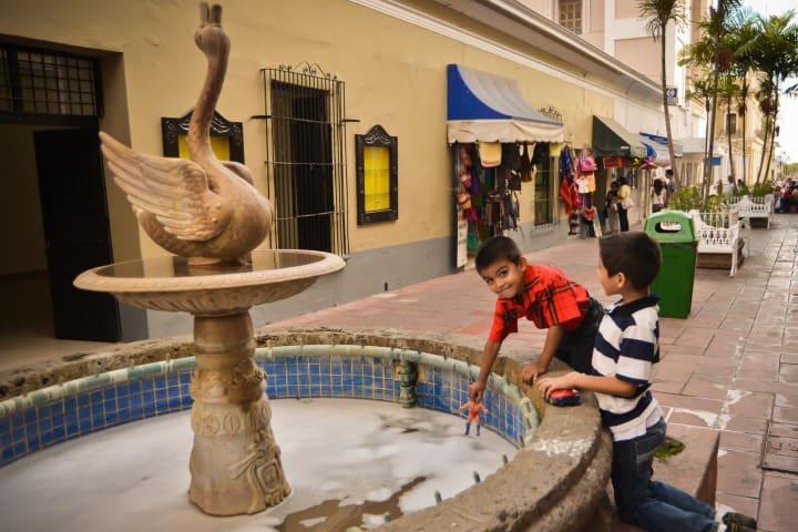 Niños jugando en la fuente Foto Gobierno de Colima