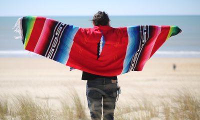 Persona usando un sarape, artesanía mexicana Foto Alix _ Portada