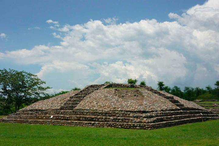 La pirámide en la zona arqueológica La Campana Foto: INAH