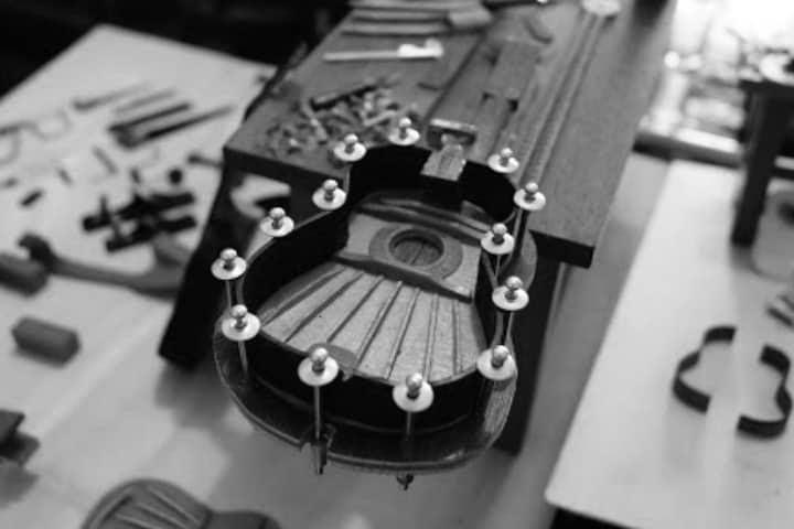 Proceso de construcción de la guitarra miniatura Foto Archivo