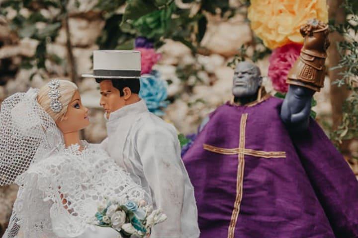 Thanos declarando marido y mujer a Barbie y Action Man Foto Karla Puch