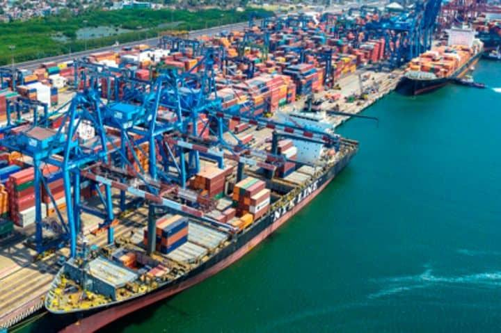 Buque descargando en el puerto más importante de México Foto: puertomanzanillo.com