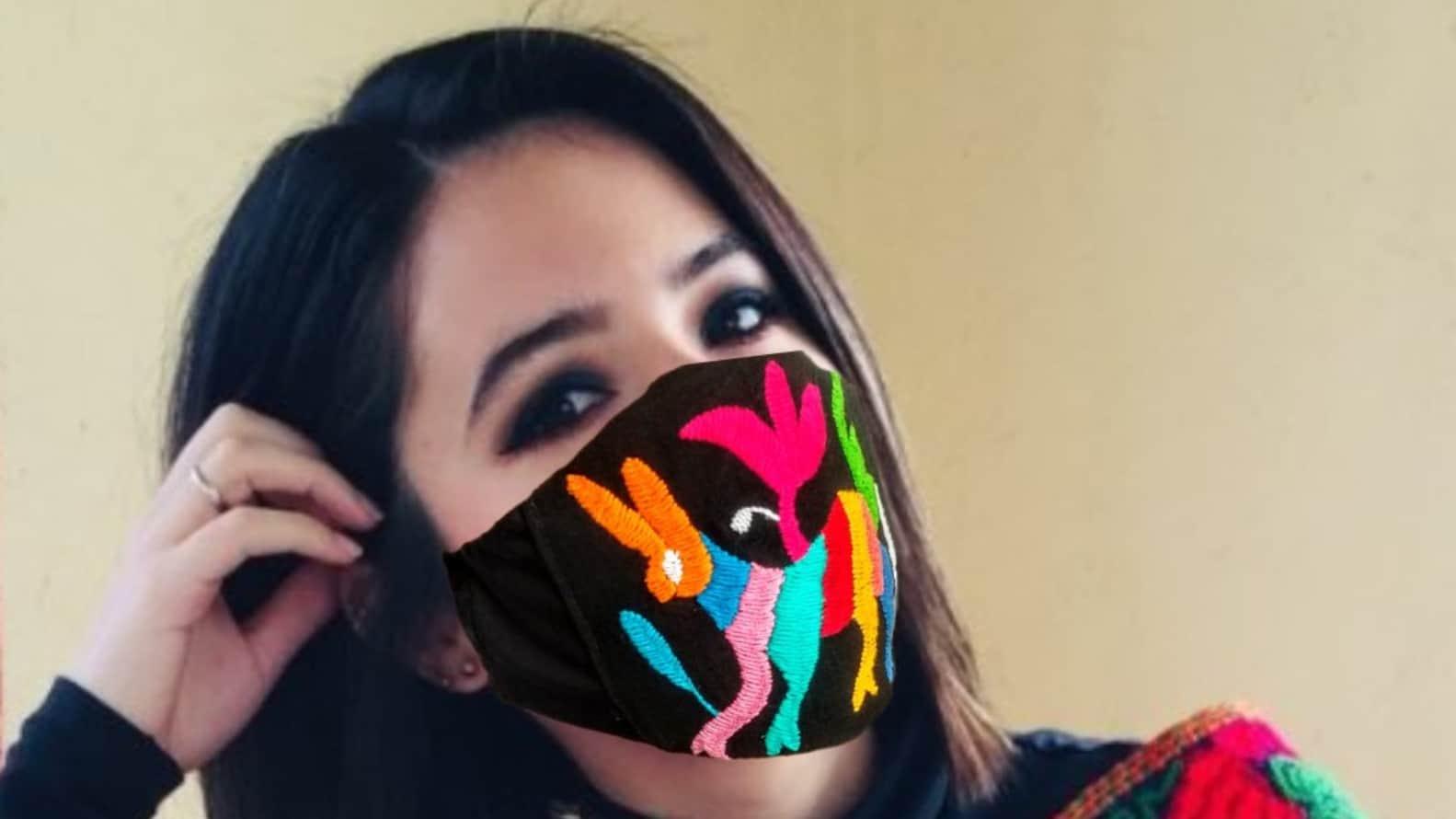 Cubre bocas con bordados de Tenango Foto: Arte Mexikaj