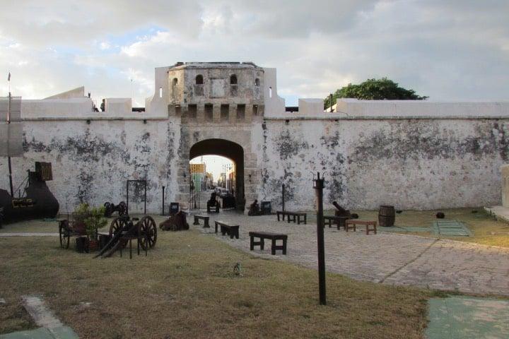 Entre las cosas que hacer en Campeche está visitar este lugar lleno de historia Foto sftrajan