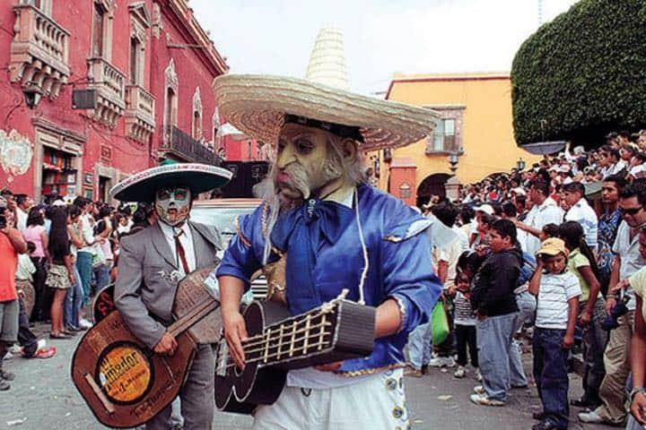 Desfile de los Locos, parte de las fiestas y ferias de San Miguel de Allende Foto Ciudad y Poder