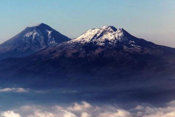 Los volcanes Popocatépetl e Iztaccíhuatl son los protagonistas de la leyenda de los volcanes Foto Archivo