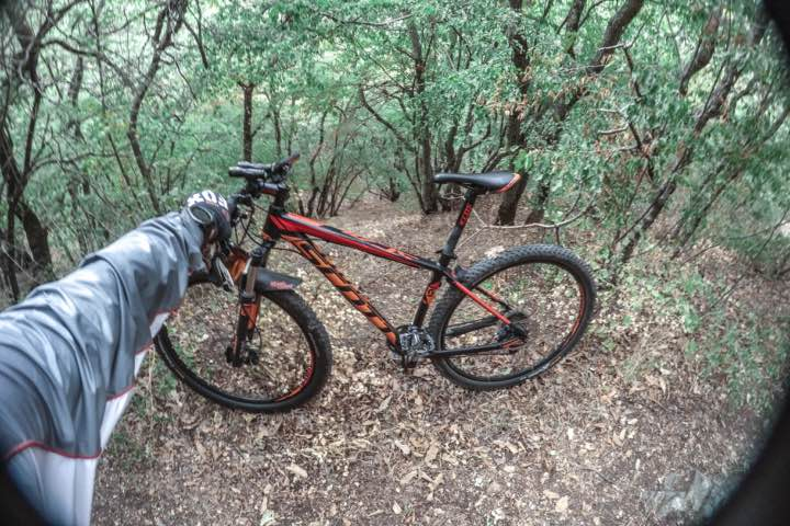Ruta en bicicleta usando una de las cámaras GoPro Foto Archivo