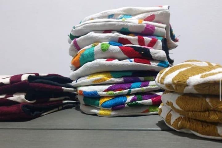 Si quieres adquirir estos cubre bocas con bordados de Tenango puedes hacer pedidos en línea Foto Arte Mexikaj Instagram