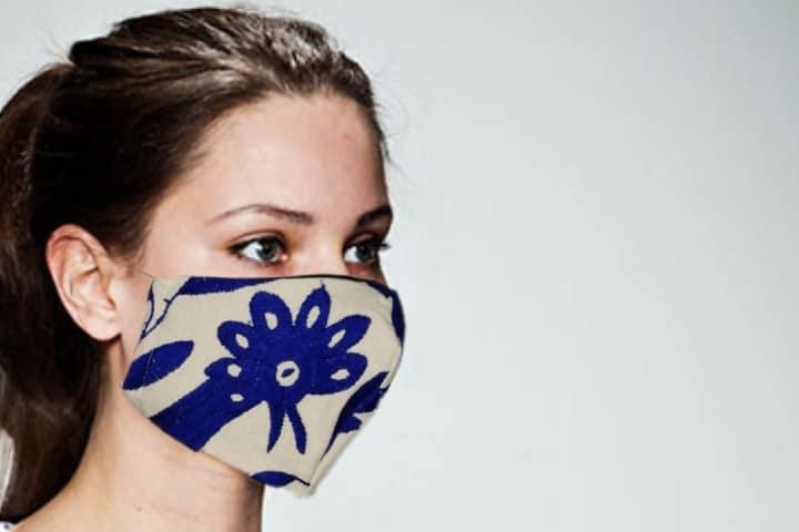 Trabajo de Paulina Linares Foto: Arte Mexikaj. Cubrebocas bordado de Tenango