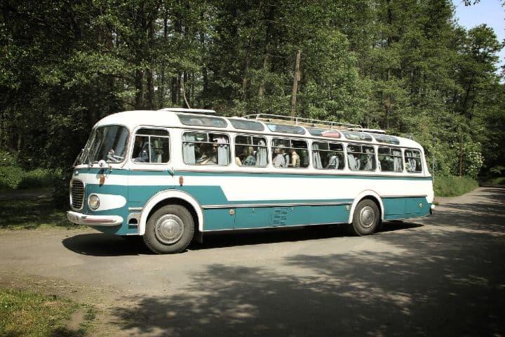 Todo sucede a bordo de un autobús viejo Foto: Archivo