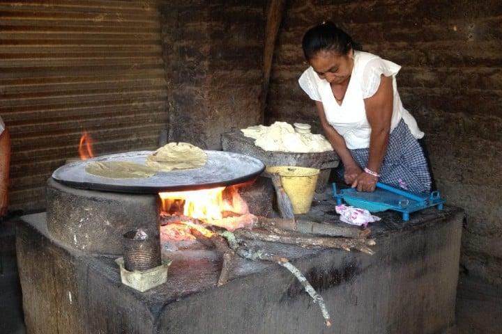 Señora preparando tortillas Foto: animalgurmet.com