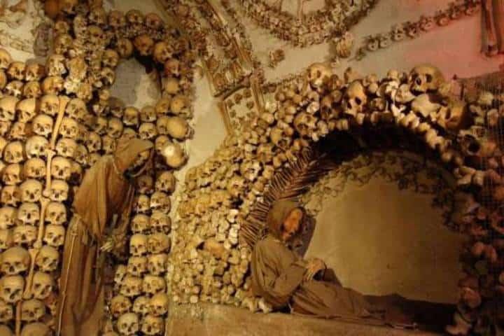 Figuras de monjes muertos. Foto: París