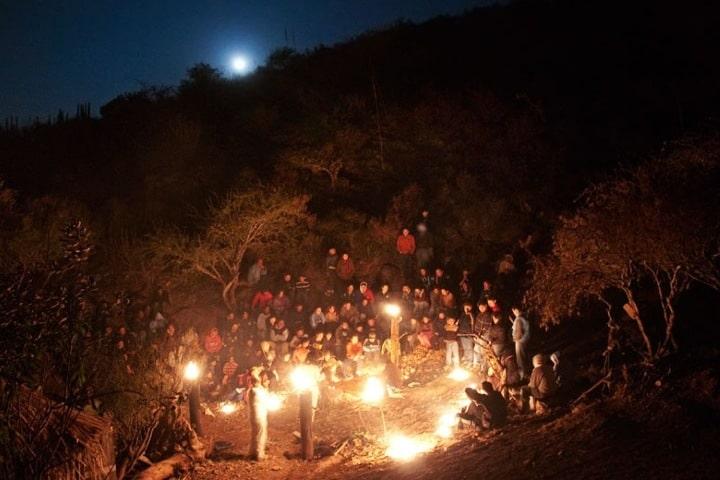 Grupo de 30 personas iniciando la caminata de la Caminata Nocturna: Foto. EcoAlberto